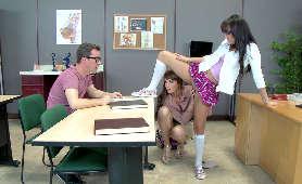 Mlode Lesbijki Porno w sali lekcyjnej - Bianca Breeze, Charlotte Cross, W Uniformmie