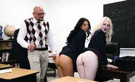 2 lezbijki w sali lekcyjnej i Pan profesor - Gina Valentina, Lily Rader, Uczennica
